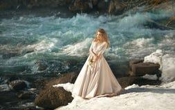 Schönes Mädchen in einem Kleid lizenzfreies stockbild