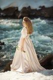Schönes Mädchen in einem Kleid lizenzfreie stockbilder