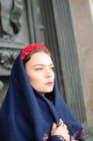Schönes Mädchen in einem Kopftuch Lizenzfreies Stockfoto