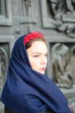 Schönes Mädchen in einem Kopftuch Stockfoto