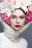 Schönes Mädchen in einem Kopftuch in der russischen Art, mit großen Blumen auf seinen Haupt- und roten Lippen Schönes lächelndes  Stockbilder