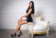Schönes Mädchen in einem kurzen sexy Kleid Stockfotos