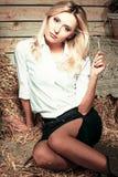 Schönes Mädchen im Stroh Lizenzfreie Stockfotos