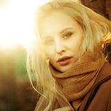 Schönes Mädchen in einem Mantel, der vor dem hintergrund einer Frühlingsnatur aufwirft lizenzfreie stockfotos
