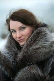 Schönes Mädchen in einem Pelzmantel Lizenzfreie Stockfotos