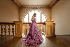 Schönes Mädchen in einem purpurroten Kleid Lizenzfreies Stockbild
