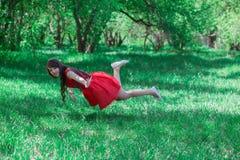 schönes Mädchen in einem Rot lizenzfreie stockfotografie
