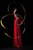 Schönes Mädchen in einem roten Abendkleid Stockbild