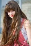 Schönes Mädchen in einem roten Kleid Stockfotografie