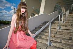 Schönes Mädchen in einem roten Kleid Lizenzfreie Stockbilder