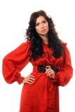 Schönes Mädchen in einem roten Kleid auf einem weißen Hintergrund. Stockfotos