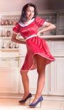 Schönes Mädchen in einem roten Polkapunkt Kleid Lizenzfreie Stockfotos
