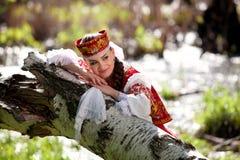 Schönes Mädchen in einem russischen Nationalkostüm Lizenzfreies Stockfoto
