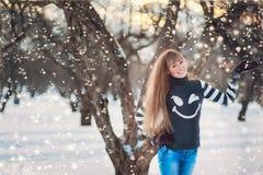 Schönes Mädchen in einem schönen Tageswinter-Schneepark Stockfoto