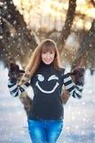 Schönes Mädchen in einem schönen Tageswinter-Schneepark Lizenzfreies Stockfoto