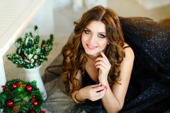 Schönes Mädchen in einem schicken Kleid, neues Jahr, Weihnachten Stockfoto
