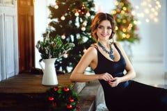 Schönes Mädchen in einem schicken Kleid, neues Jahr, Weihnachten Stockbild