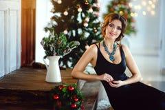 Schönes Mädchen in einem schicken Kleid, neues Jahr, Weihnachten Stockfotografie