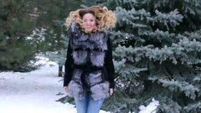 Schönes Mädchen in einem schneebedeckten Park stock footage