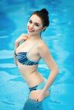 Schönes Mädchen in einem sexy Badeanzug Stockbild