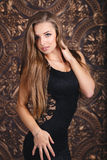 Schönes Mädchen in einem sexy schwarzen Kleid Stockfoto