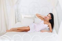 Schönes Mädchen in einem sexy weißen Kleid Lizenzfreies Stockfoto
