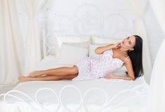 Schönes Mädchen in einem sexy weißen Kleid Stockfotos