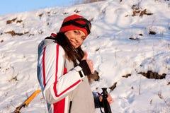 Schönes Mädchen in einem Skianzug und Schablone im Schnee stockbild