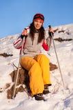 Schönes Mädchen in einem Skianzug und Schablone im Schnee lizenzfreie stockbilder