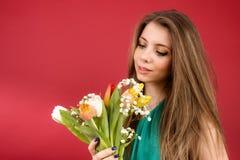 Schönes Mädchen in einem Sommerkleid mit Tulpen Lizenzfreies Stockfoto