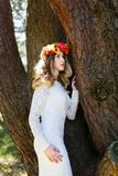 Schönes Mädchen in einem Wald Stockfotos