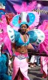 Schönes Mädchen in einer carnaval Parade des Sommers lizenzfreies stockfoto