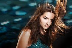Schönes Mädchen in einer Nachtklubszene Stockbilder