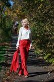 Schönes Mädchen in einer roten Klage im Herbst Stockfotos