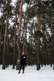 Schönes Mädchen in einer schneebedeckten Waldblondine mit dem langen Haar Wenig lächeln Stockfoto