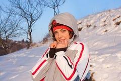 Schönes Mädchen in einer Skisportklage im Schnee stockfotografie