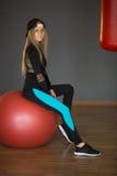 Schönes Mädchen in einer Sportklage lizenzfreie stockbilder