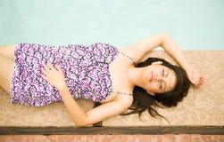 Schönes Mädchen entspannen sich durch Pool Stockfotos