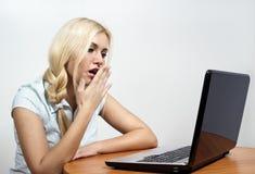 Schönes Mädchen fällt schlafend am Computer Stockfotografie