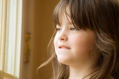 Schönes Mädchen am Fenster lizenzfreie stockfotografie