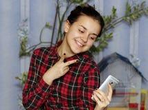 Schönes Mädchen Fotos ihrem Selbst gemacht Stockbild