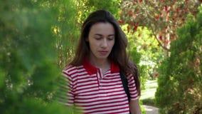 Schönes Mädchen geht in den Park stock video footage