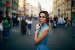 Schönes Mädchen geht in die Stadt stockfoto