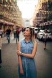 Schönes Mädchen geht in die Stadt lizenzfreies stockbild