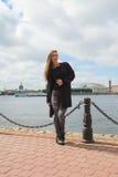 Schönes Mädchen geht durch den historischen Bezirk von St. Lizenzfreies Stockfoto