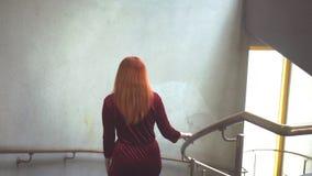 Schönes Mädchen geht hinunter die Treppe und dreht sich herum stock video