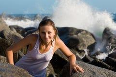 Schönes Mädchen geht zum felsigen Ufer Stockfotografie