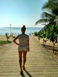Schönes Mädchen geht, zum tropischen Strand stillzustehen stockbild