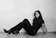 Schönes Mädchen gekleidet in der Dunkelheit Lizenzfreie Stockfotos
