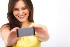 Schönes Mädchen genommen, selfie Selbstporträt mit Telefon nehmend lizenzfreies stockfoto